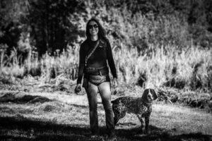 braque d'auvergne et sa promeneuse de chien en forêt